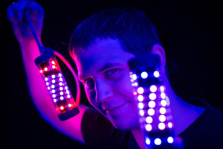 Lichtkünstler mit Poi - Pixelpoi