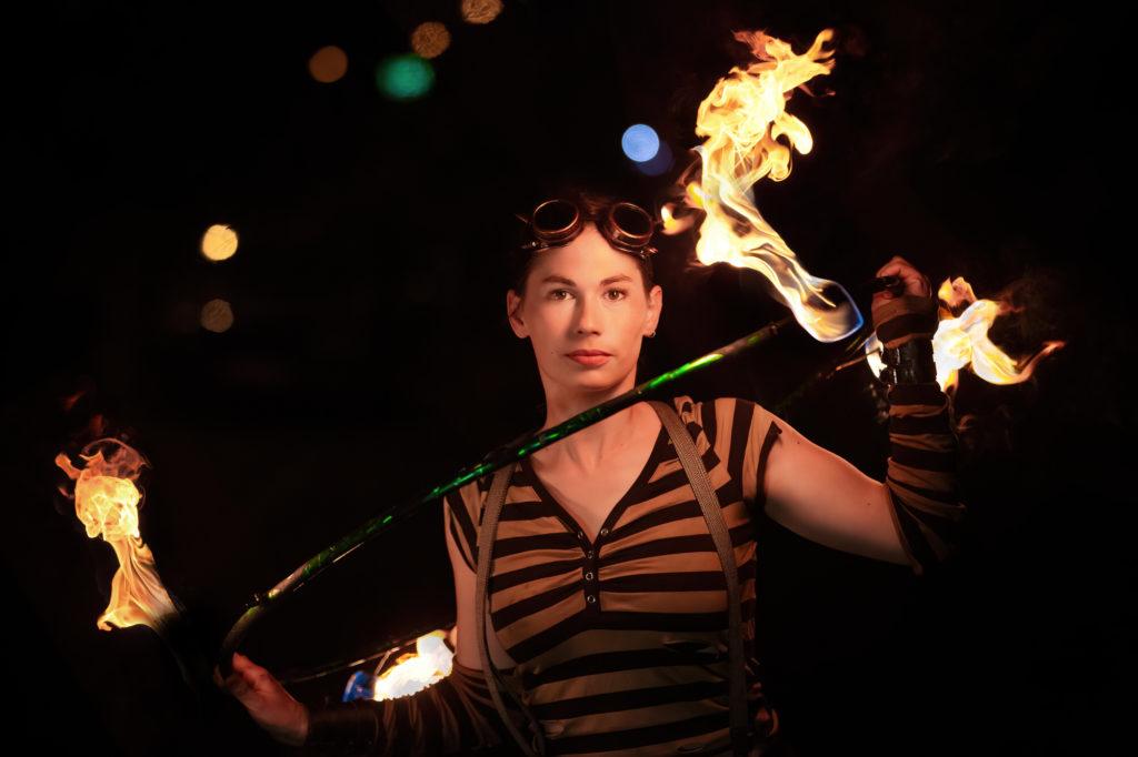 Feuerkünstlerin mit brennendem HulaHoop